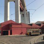 Carris - Historische Straßenbahn unter der Ponte de 25 Abril (Brücke des 25. April) in Lissabon