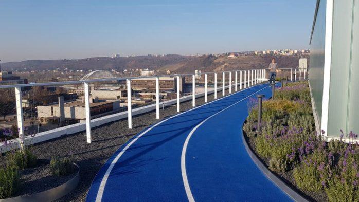 Tartanbahn auf dem Dach des Gebäudes Visionary in Prag